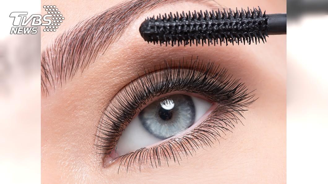 刷睫毛膏沒卸乾淨造成OL睫毛狂掉。示意圖/TVBS 眼睛癢到爆、睫毛狂掉 OL就醫驚見滿滿小蟲蠕動