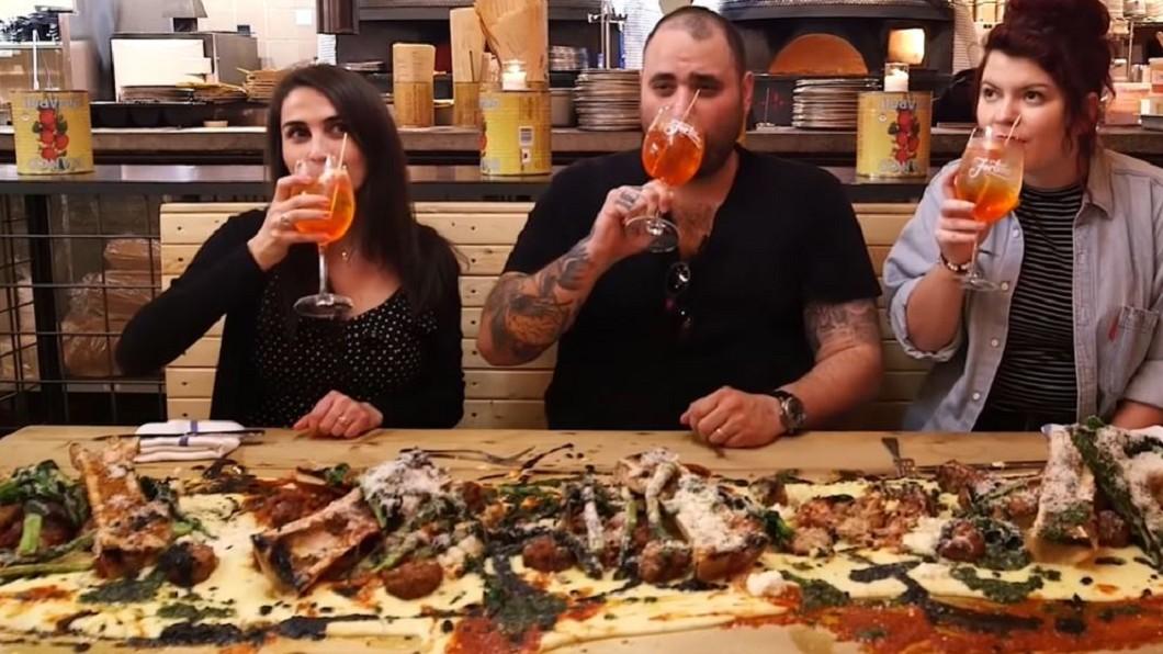圖/翻攝自Food Insider 黃澄澄玉米粥倒上桌 變身另類義大利披薩