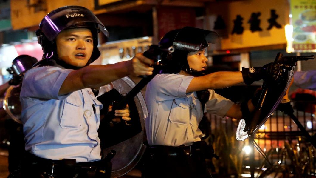 圖/達志影像路透 反送中首次!港警擊發左輪手槍 長者雙臂擋