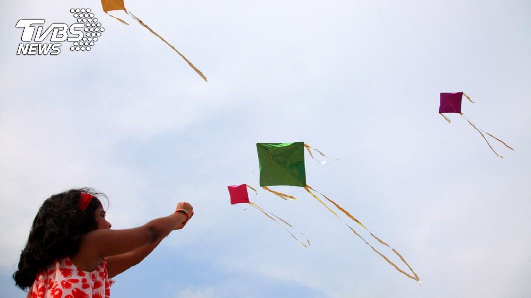 示意圖/TVBS 坐父機車出門 女童竟遭風箏線「斷頸」橫死