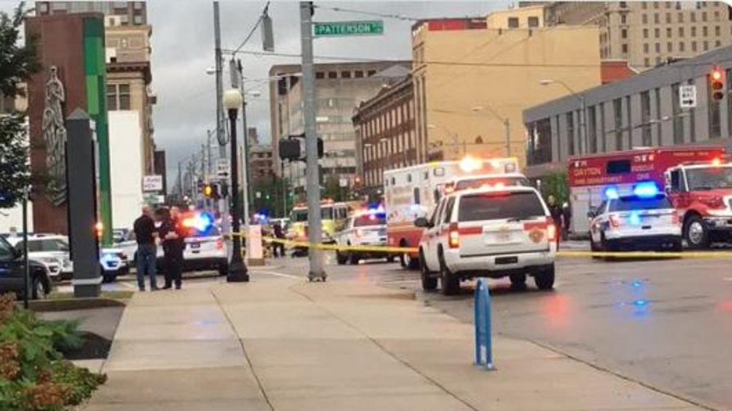 美國俄亥俄州一名男子偷了警車開上路在市區狂奔,結果造成2死10傷。(圖/翻攝自推特) 男持刀刺傷父 偷警車逃亡飆156公里撞2死10傷
