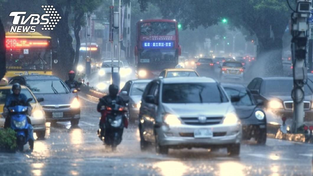 若低壓持續增強,不排除生成為今年第13號颱風。圖/TVBS 13號颱風「玲玲」恐生成 影響台灣機率高