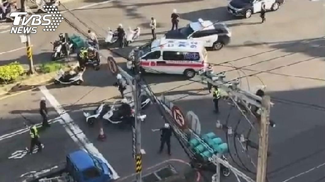 圖/TVBS 勇警追捕可疑車輛!重撞分隔島送醫不治