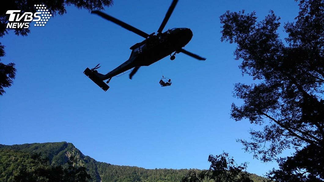 圖/中央社 女大生八通關墜谷多處擦傷骨折 直升機吊掛救出