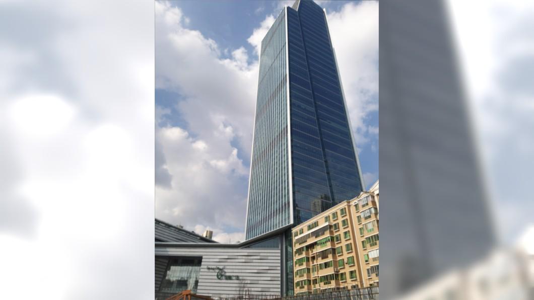 圖/翻攝自網易新聞 冒命跳傘空中失靈! 男66高樓急墜慘死