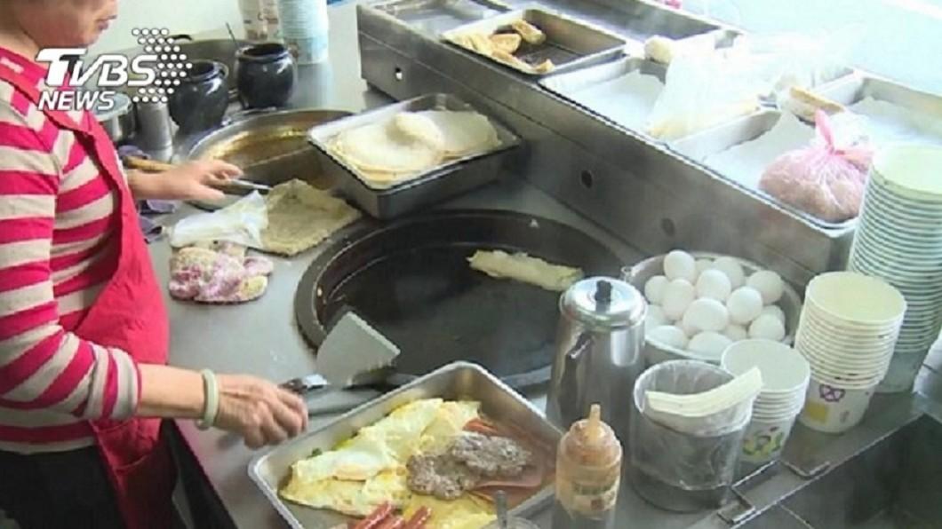 許多民眾都有去早餐店買早餐和吃早餐的經驗。(示意圖/TVBS) 吃早餐見正妹店員…秀螞蟻腰美臀白皙美腿 網:跪求地址
