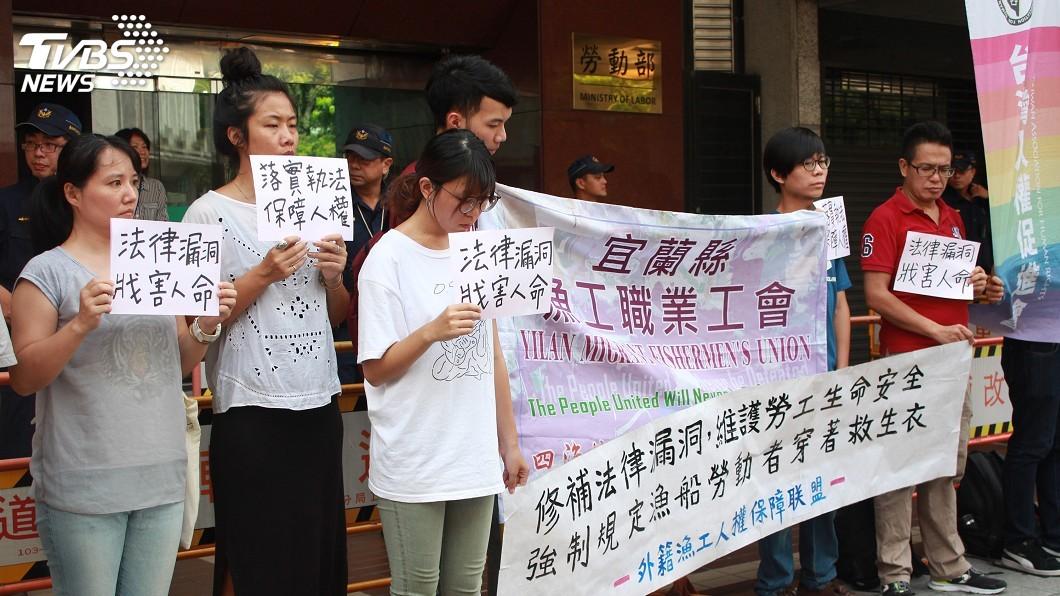圖/中央社 勞團指未落實漁工穿救生衣 勞部:已有處罰案例