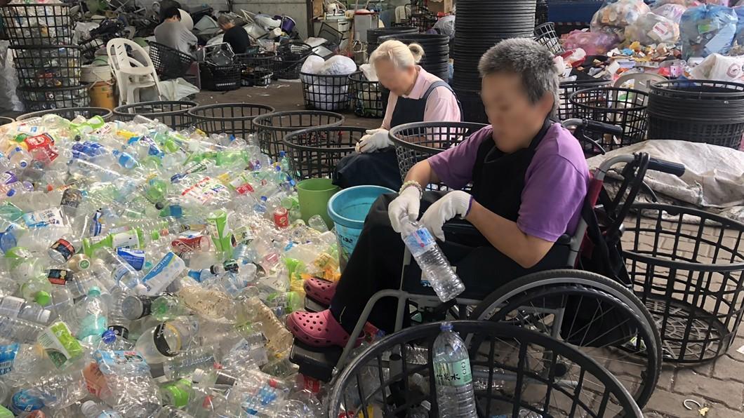 圖/慈濟基金會提供 腦麻妹妹樂當資源站志工 姊姊陪伴兼喘息