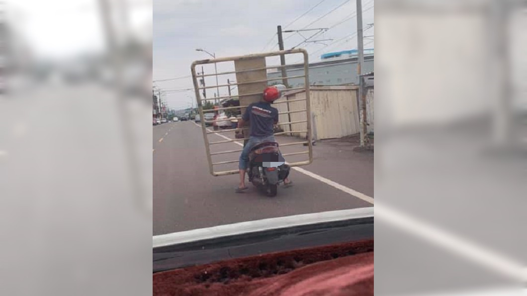 網友紛紛貼出「台灣日常」騎車法。圖/翻攝加藤軍台灣粉絲團 2.0臉書粉絲頁