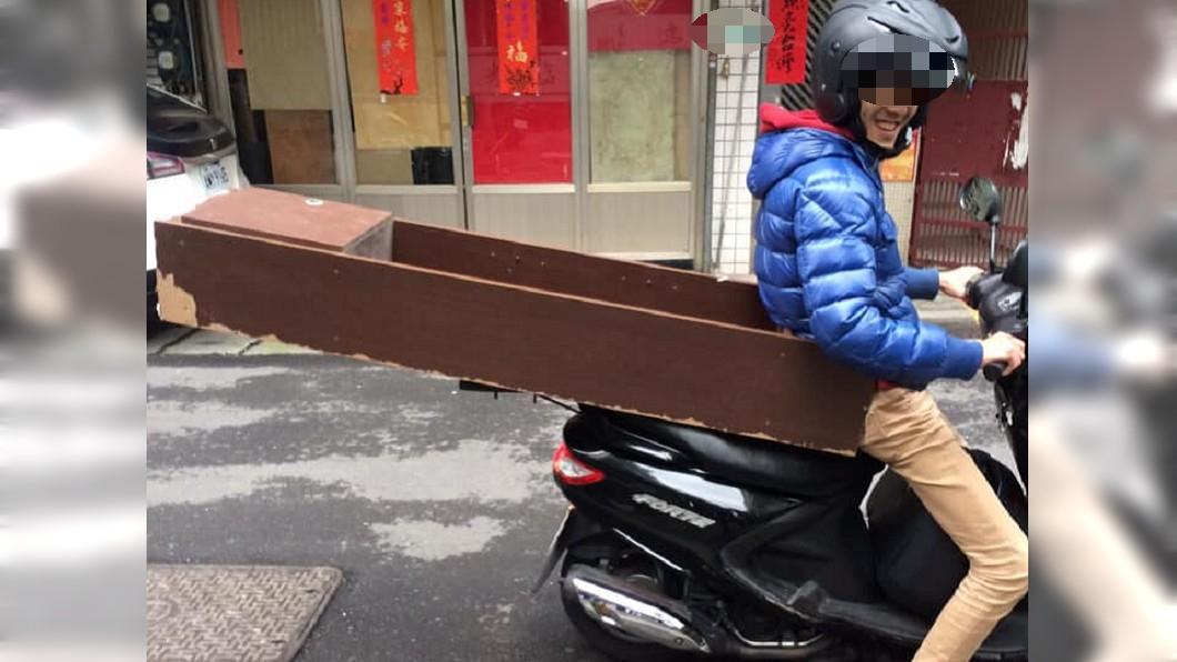 網友表示朋友曾用機車載櫃子。圖/翻攝加藤軍台灣粉絲團 2.0臉書粉絲頁