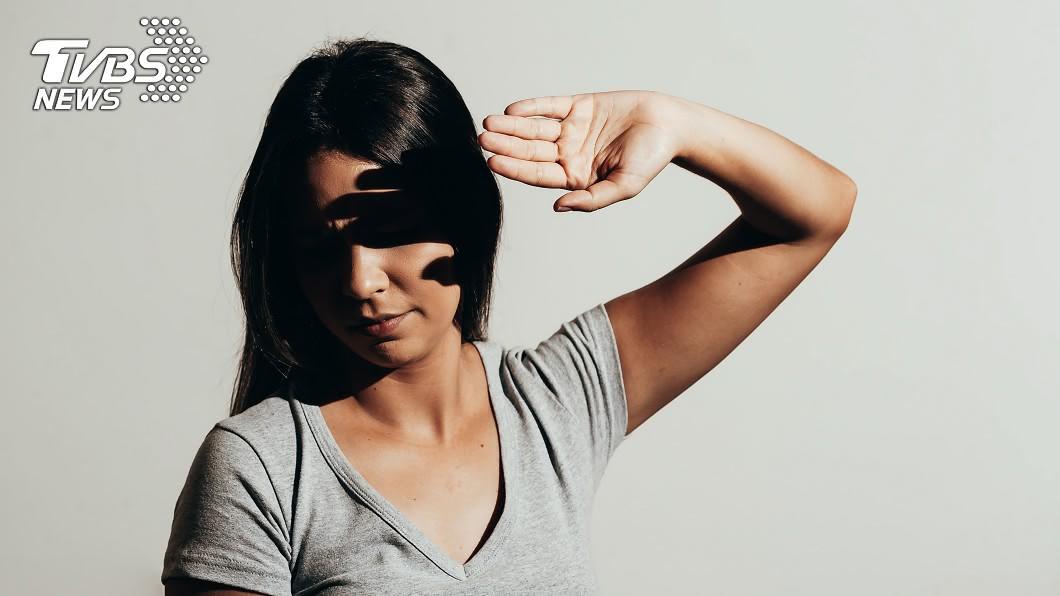 示意圖/TVBS 眼睛畏光怎麼辦? 她眼球注入刺青墨水當作「墨鏡」