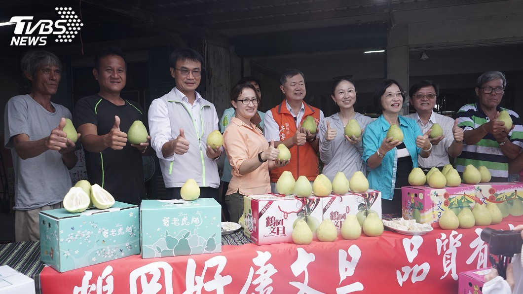 圖/中央社 陳吉仲巡視花蓮文旦柚採收 承諾今年不會滯銷