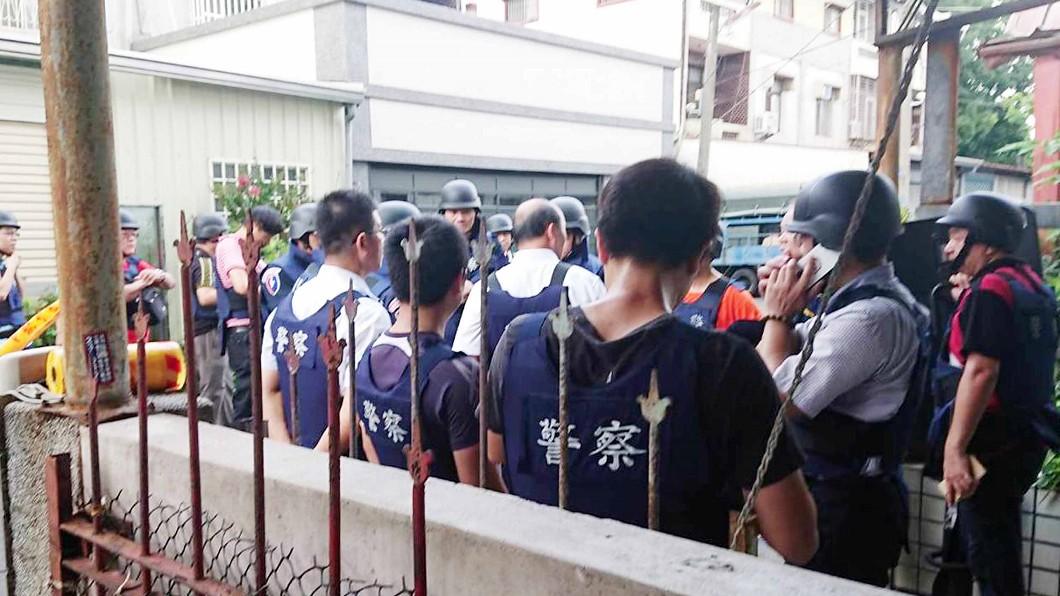 圖/中央社(民眾提供) 嘉義民雄警匪對峙5小時 歹徒棄械投降警方未開槍