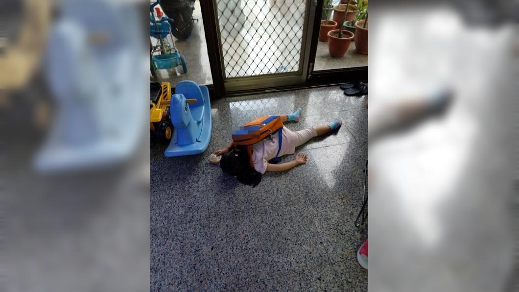 圖/翻攝自臉書社團「爆廢公社」 開學第1天…女兒返家秒趴地「斷電」 爸目睹笑瘋