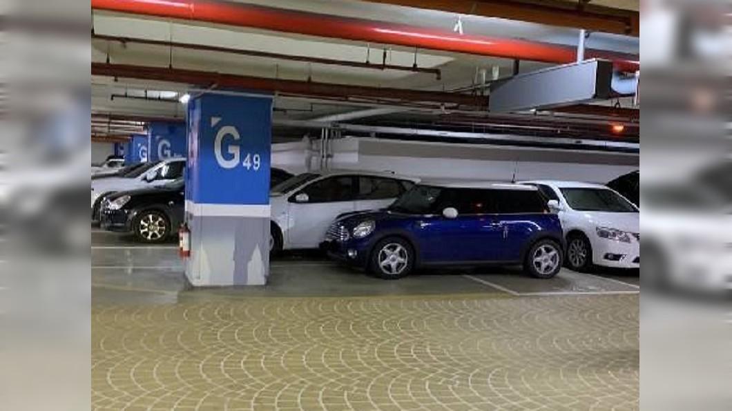 白車一次停兩格,讓很多車子開過來才發現位子進不去。圖/翻攝爆廢公社臉書