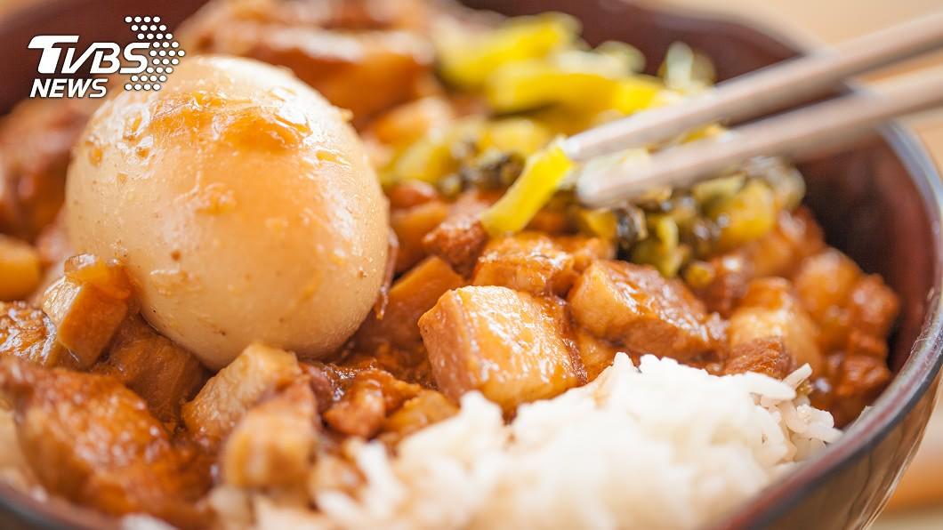 滷肉飯等許多平民美食,都被列入這份「致癌」清單。圖/TVBS 網傳「10大致癌美食」 營養師:想破解就這樣吃!