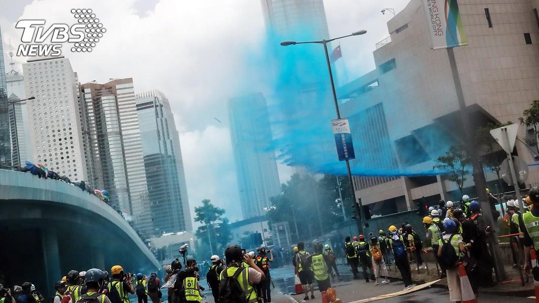 香港831反送中,水砲車噴灑藍色液體。(圖/中央社)