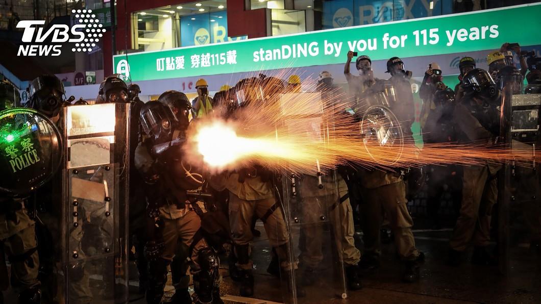 香港831反送中 灣仔鎮暴警以催淚彈驅離(圖/中央社)