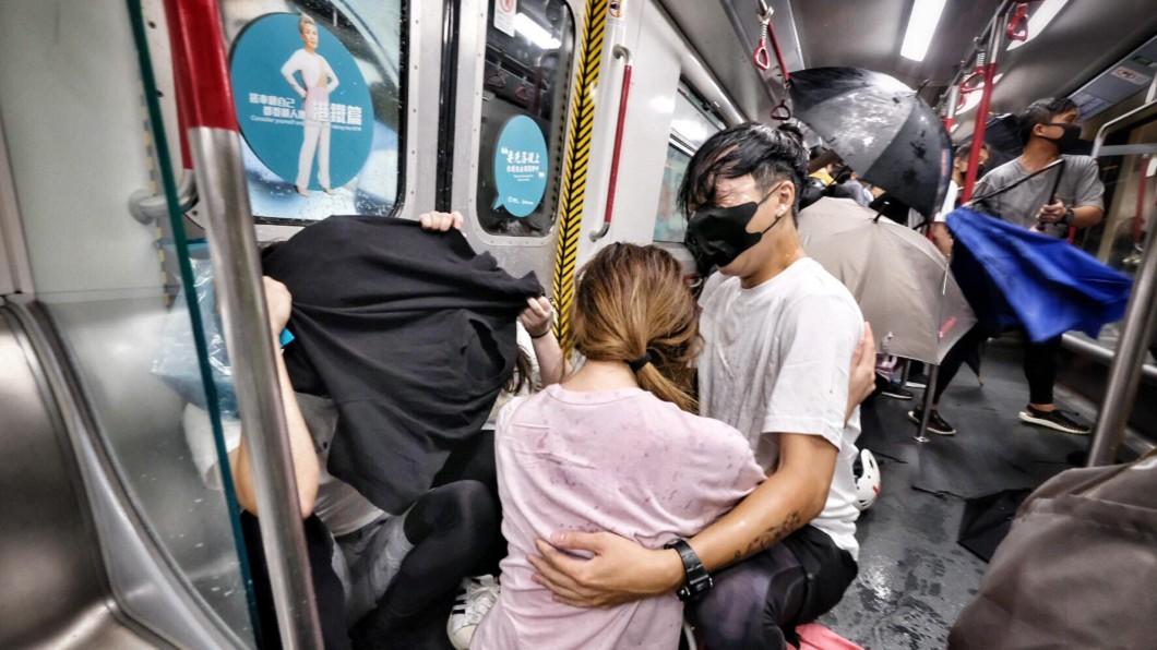 「速龍小隊」衝進地鐵太子站,在車廂內施放胡椒噴霧,拿著警棍無差別打人。(圖/翻攝自 梁柏堅表弟 Pakkin Leung 臉書) 影/反送中最暗夜 港警衝地鐵站無差別暴打