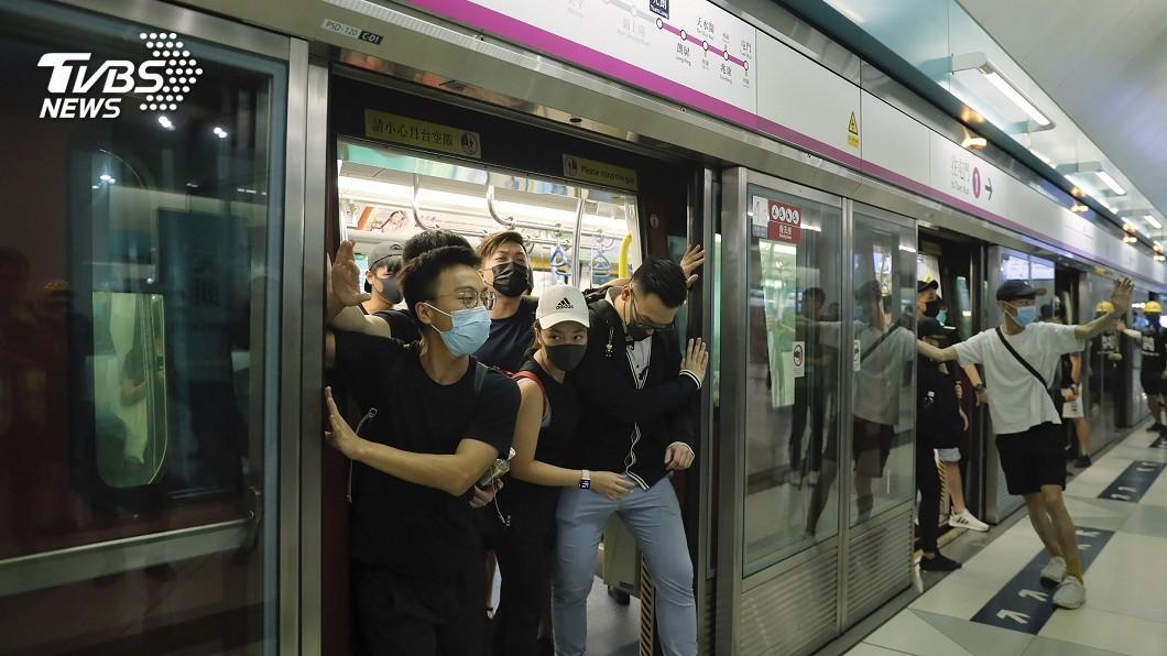 圖/達志影像美聯社 香港示威者「快閃」 港警首度登巴士逮人