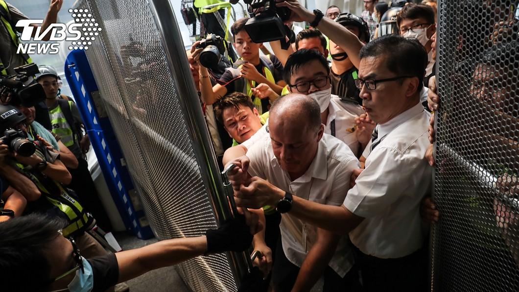 反對修訂逃犯條例網民呼籲其他人於1日下午1時參加「機場交通壓力測試」行動,許多民眾響應聚集,並有示威者試圖進入香港機場,與機場工作人員衝突。(圖/中央社) 機場交通壓力測試? 港民發起堵塞機場行動