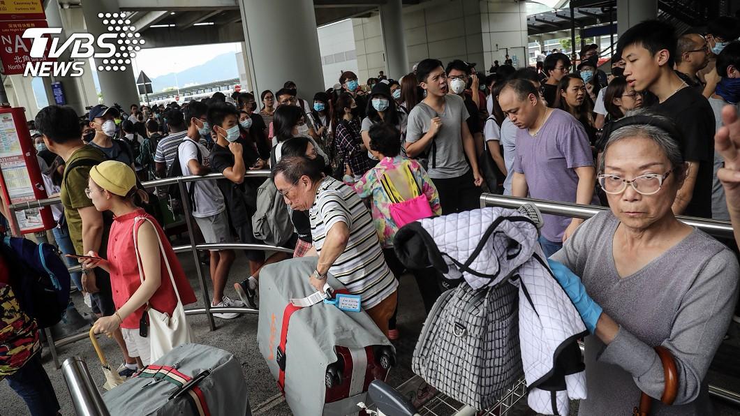 反對修訂逃犯條例網民呼籲其他人於1日下午1時參加「機場交通壓力測試」行動,中午過後開始有民眾在香港機場巴士總站聚集。(圖/中央社)