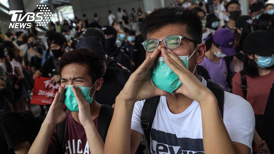反對修訂逃犯條例網民呼籲其他人於1日下午1時參加「機場交通壓力測試」行動,民眾聚集在香港機場巴士總站高喊口號、表達訴求。(圖/中央社)