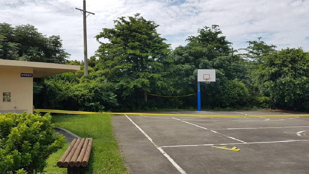 事發地點的籃球場,警方目前已經封鎖現場。(圖/翻攝自「線西風之鄉」臉書粉絲團)