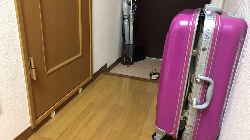 日本一名女網友回加上廁所時,門口前擺放一個拉鍊沒拉上的行李箱。(圖/翻攝自推特) 回家上廁所門遭「卡死」 女被囚禁靠這招保命