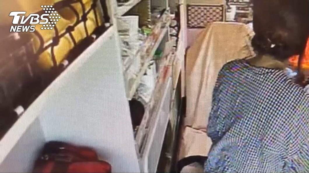 郭男孕妻在救護車上等待急救。圖/TVBS