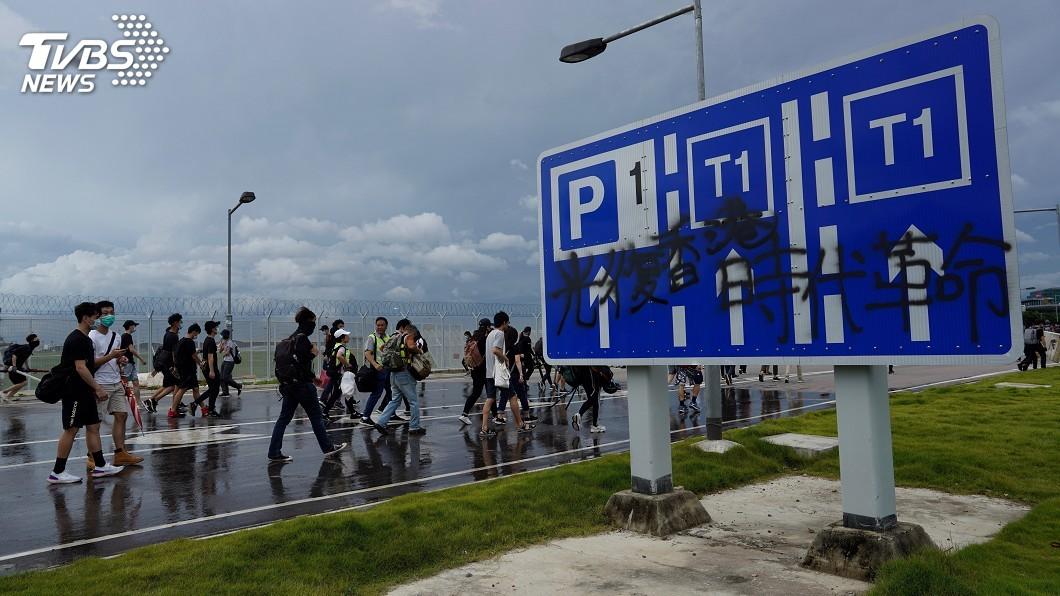 圖/達志影像美聯社 擋車道阻鐵軌 示威者阻斷機場聯外交通