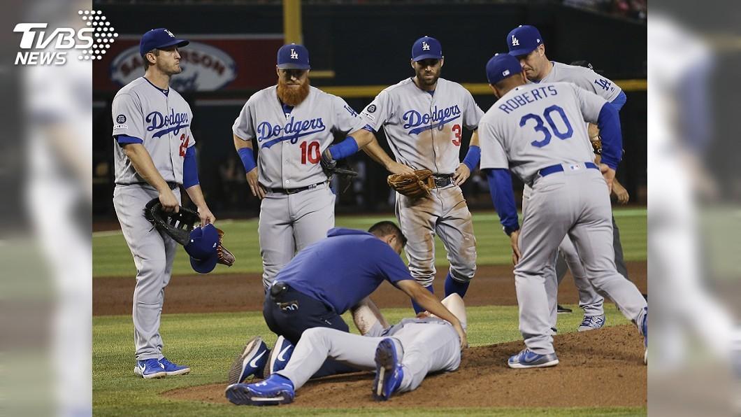 圖/達志影像美聯社 遭強襲球擊中頭部 道奇新秀投手梅伊痛苦倒地