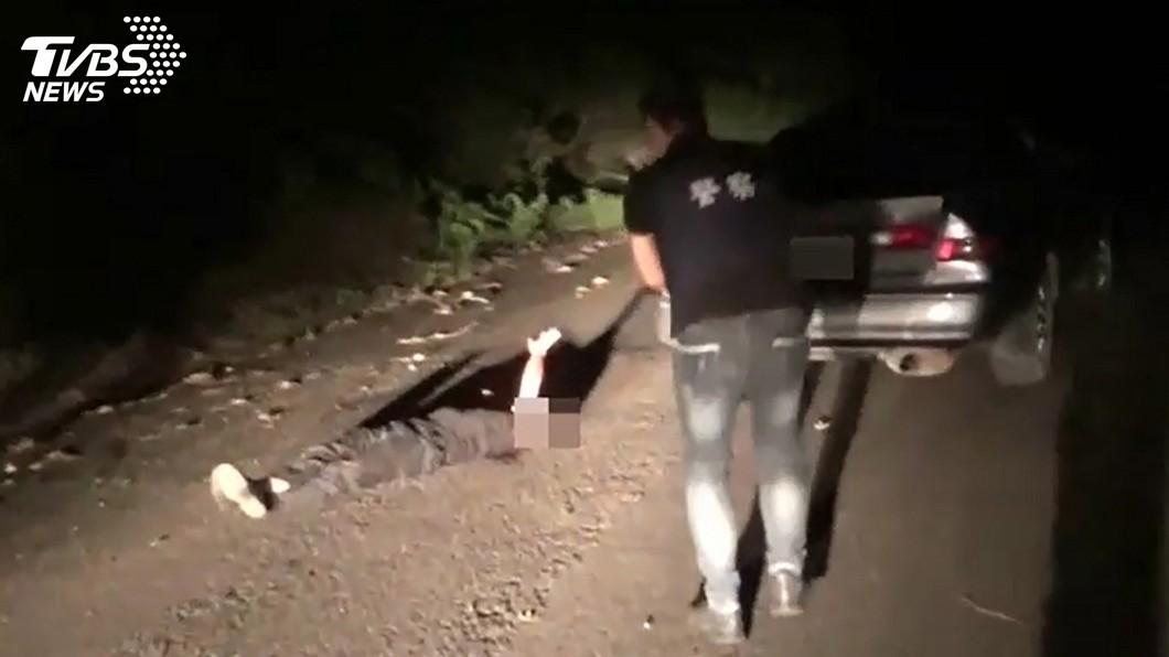 圖/中央社 拒盤查還倒車衝撞 員警開2槍男子左肩中彈