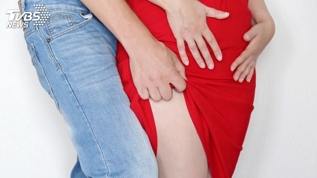 男子見彩券行女店員穿短裙坐在櫃檯邊,竟伸手掀起對方裙子。(示意圖/TVBS) 見女店員穿短裙 男伸鹹豬手掀起稱:是妳誘惑我