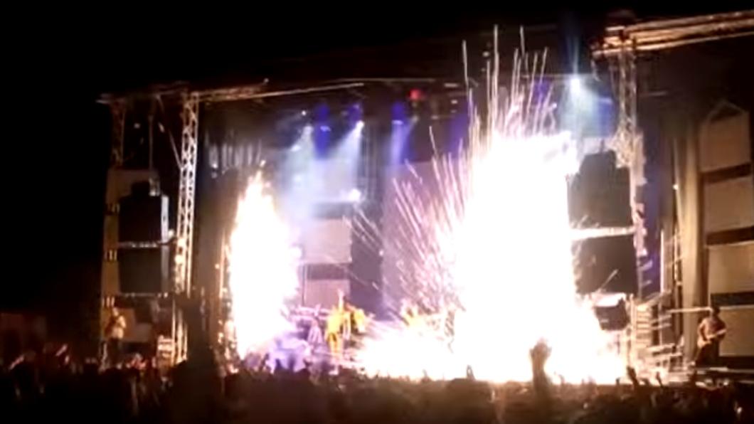 翻攝/YouTube 女歌手嗨跳煙火突爆炸!下秒「細腰被炸穿」慘死