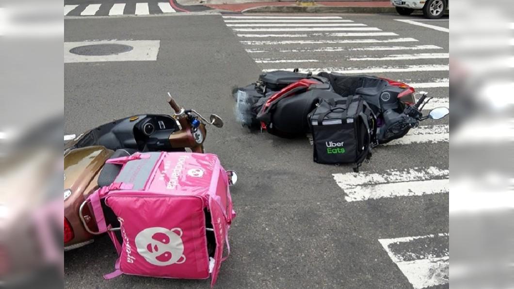 2間外送平台的外送員發生車禍,被網友稱做是「世界對決」。圖/翻攝爆廢公社臉書