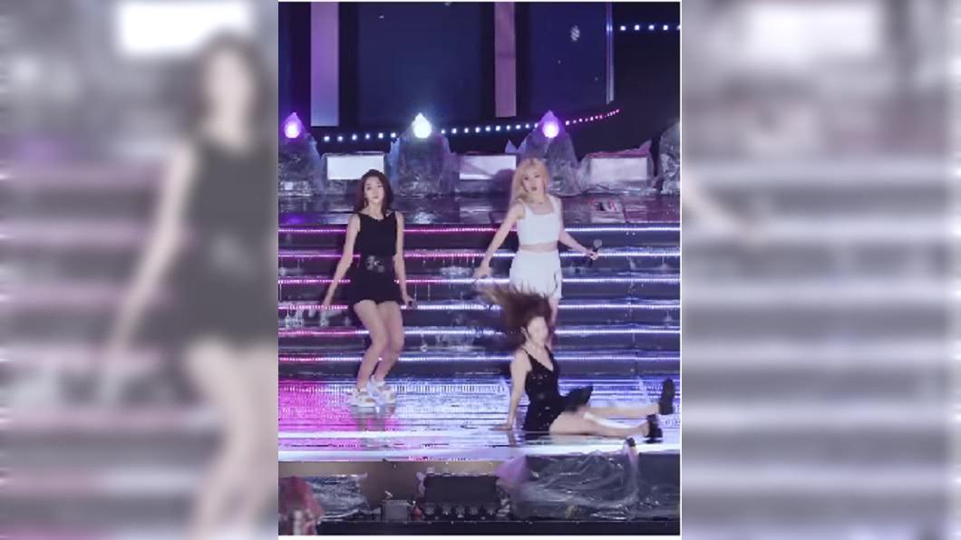 南韓女團「Lovelyz」成員美珠表演不慎跌坐在地。(圖/翻攝至YouTube/ARAY_HOPE) 南韓女團員腳滑「屁股著地」 嚇壞團員之餘粉絲也心疼