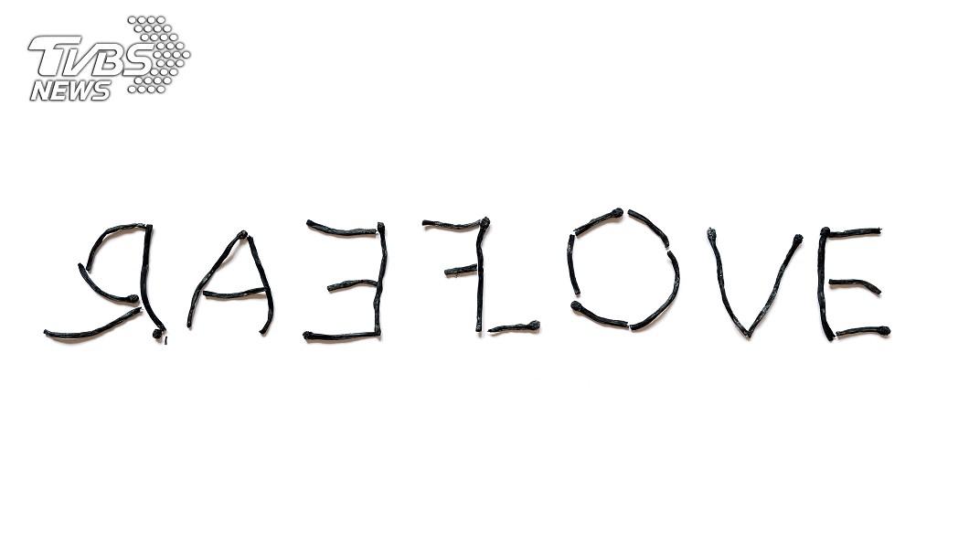 女兒寫出鏡像字,讓媽媽很混亂。圖/TVBS