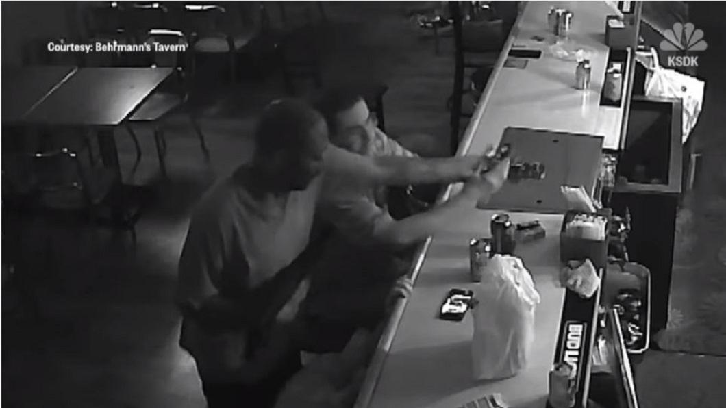 男子回憶當時他在店內滑手機,歹徒用槍抵住他,還動手試圖搶他的手機。(圖/翻攝自YouTube)