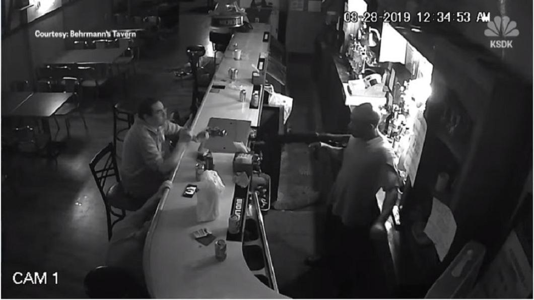 歹徒搜刮一番之後,又用槍對著男子,不料他竟然淡定地點火抽菸。(圖/翻攝自YouTube)