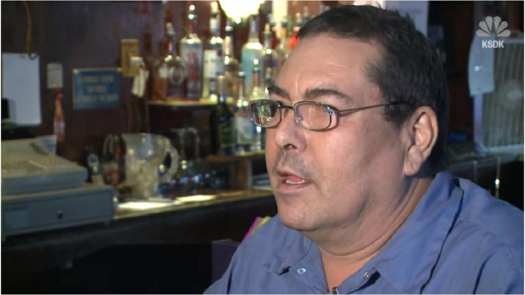 美國一名男子回憶日前在酒吧喝酒時,遇到一名歹徒持槍搶劫。(圖/翻攝自YouTube) 搶匪用槍口對著 男做「這些事」受封:世界第一淡定哥