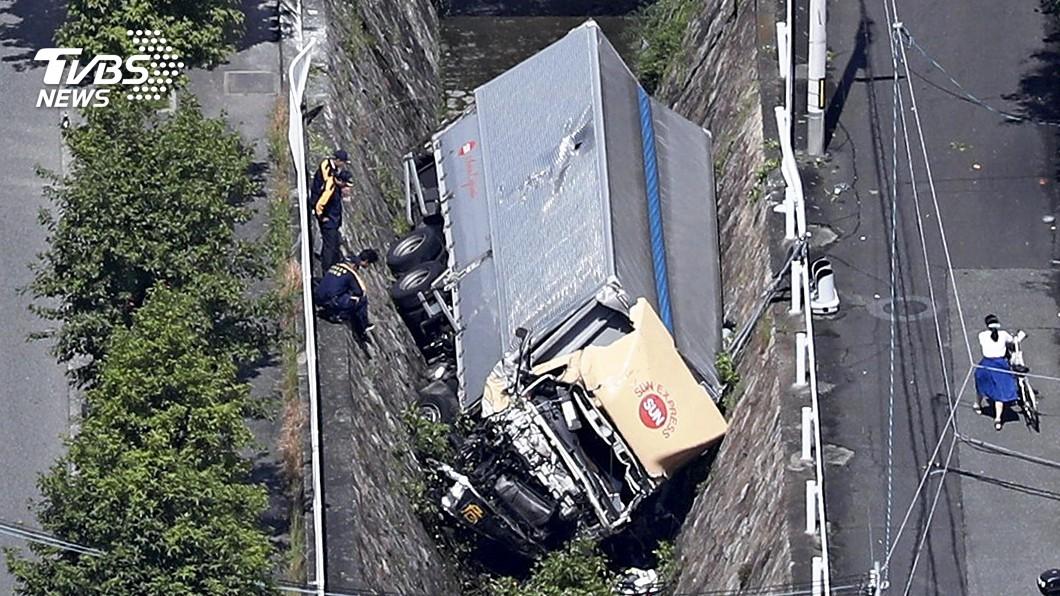 圖/達志影像美聯社 神戶卡車暴衝600公尺 撞6車摔河裡駕駛喪命