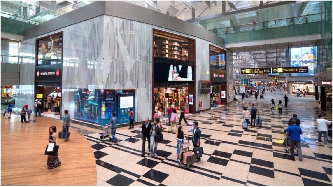民眾到了新加坡樟宜機場後,若是買了機票進入出境管制區而不登機,就會被逮罰款。(圖/翻攝自樟宜機場臉書粉絲團) 送愛妻到登機門 男買票不登機被判2年刑罰45萬