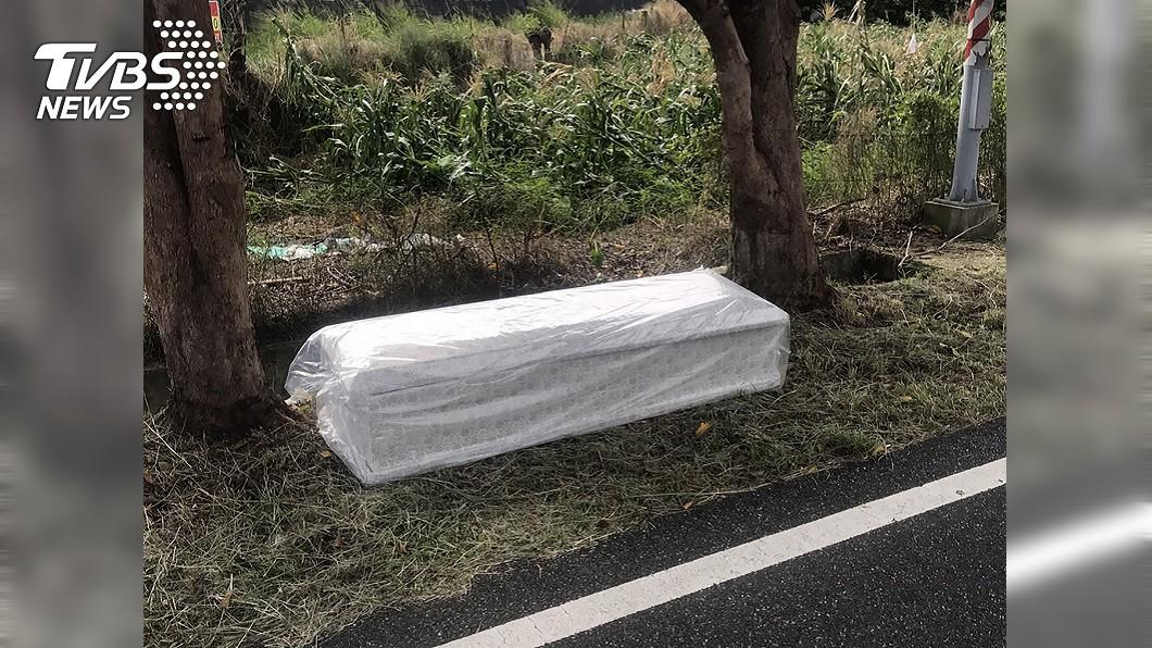 圖/中央社台東警局提供 毛毛的!誰的棺材竟掉台東路邊 警拉封鎖線找失主