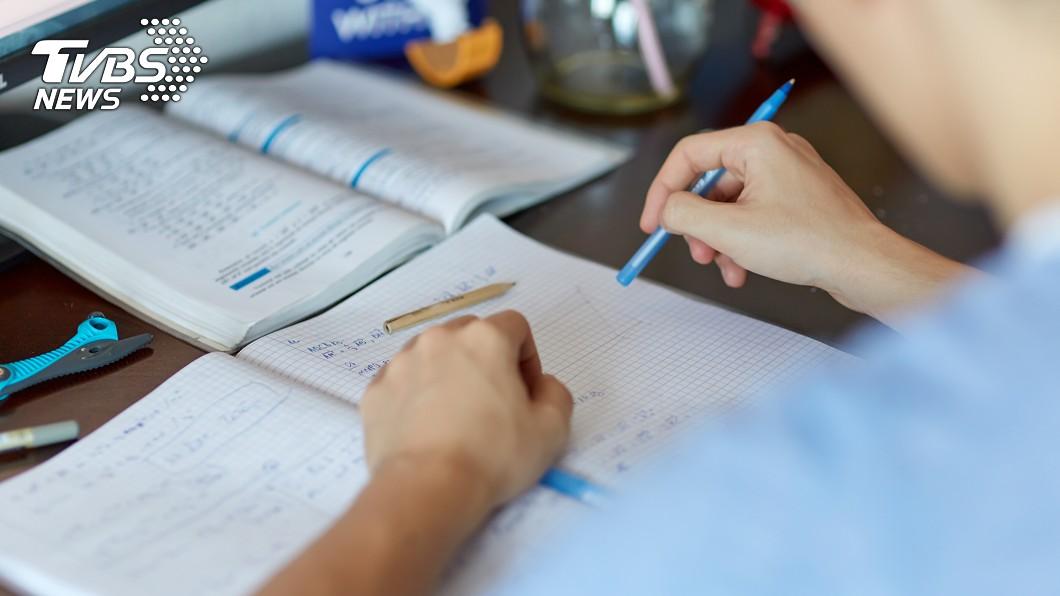 原PO叫老公教女兒作業。示意圖/TVBS 請老公教女兒作業 人妻看到這一幕大驚:怎麼回事?