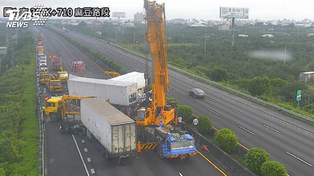 圖/中央社 國道一號台南路段4車追撞 釀1死1傷