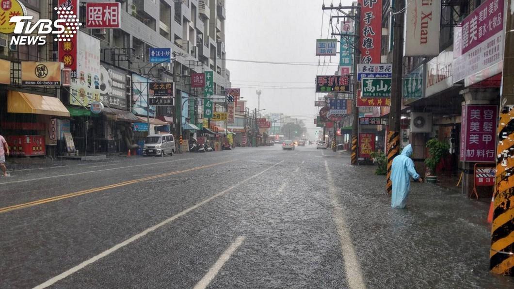 圖/中央社 台南清晨大雷雨 淹水快速消退無災情
