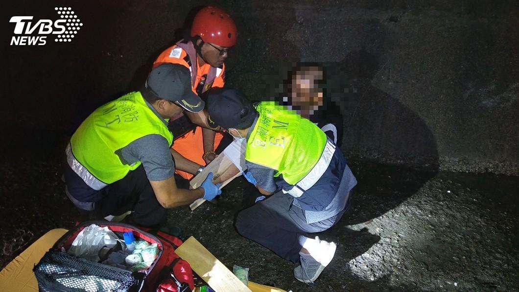 圖/中央社 釣客遭瘋狗浪襲 跌落堤防雙腳變形骨折送醫