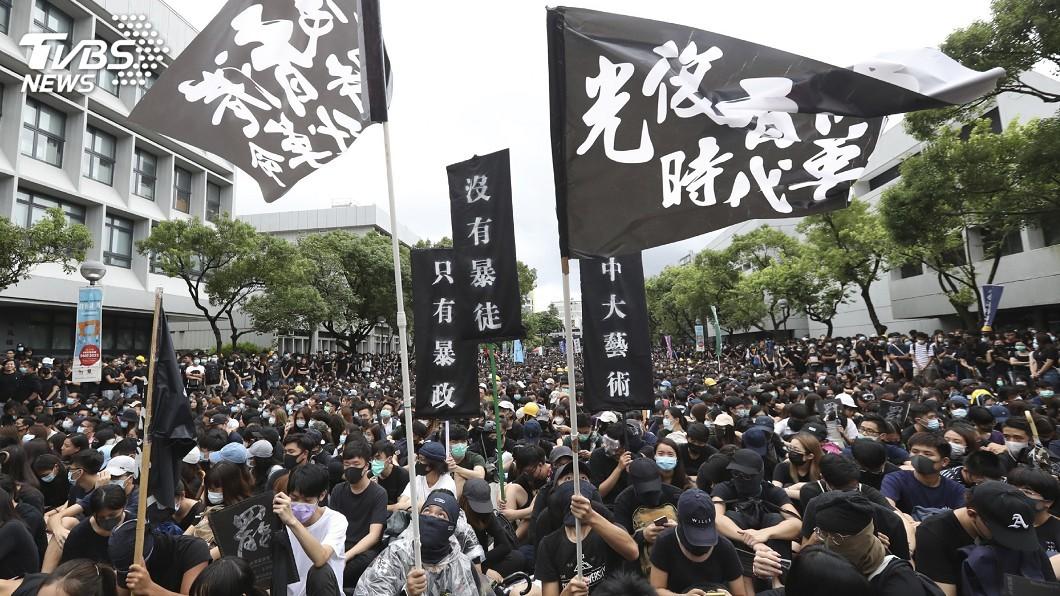 圖/達志影像美聯社 港警今晨搜查公車 逮捕30多名示威者