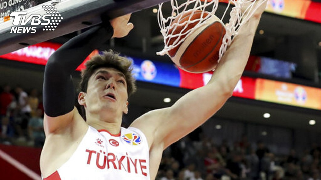 關鍵兩罰掉漆成戰犯,土耳其現役NBA球員維基資料遭改。 圖/美聯社 關鍵兩罰掉漆成戰犯 球員維基遭改:從NBA雷到國家隊
